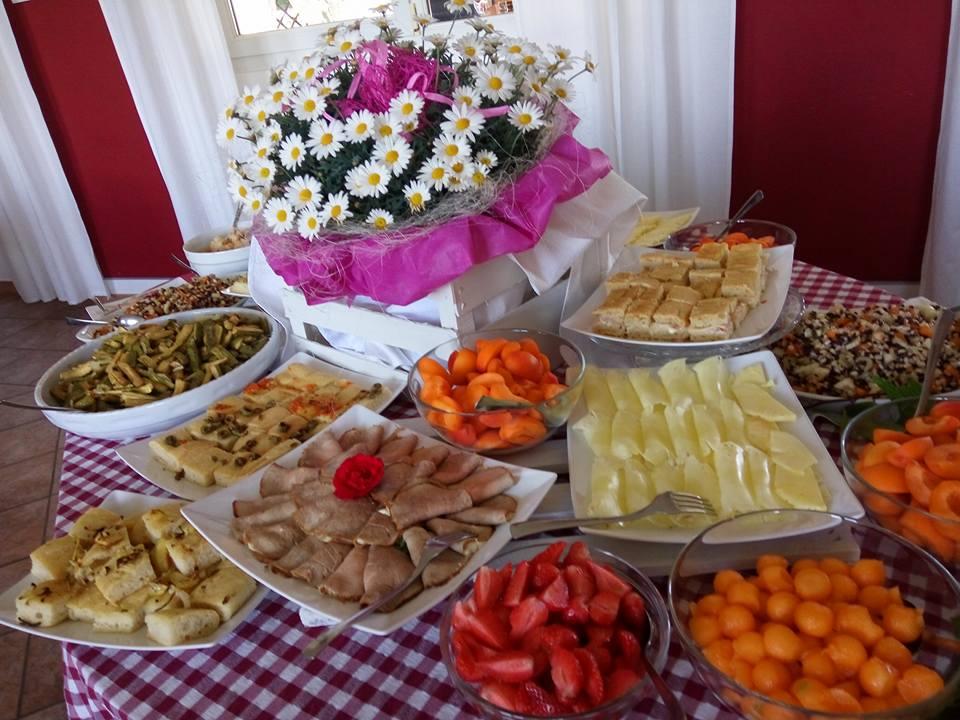 un buffet a base di frutta, roast beef  e verdure