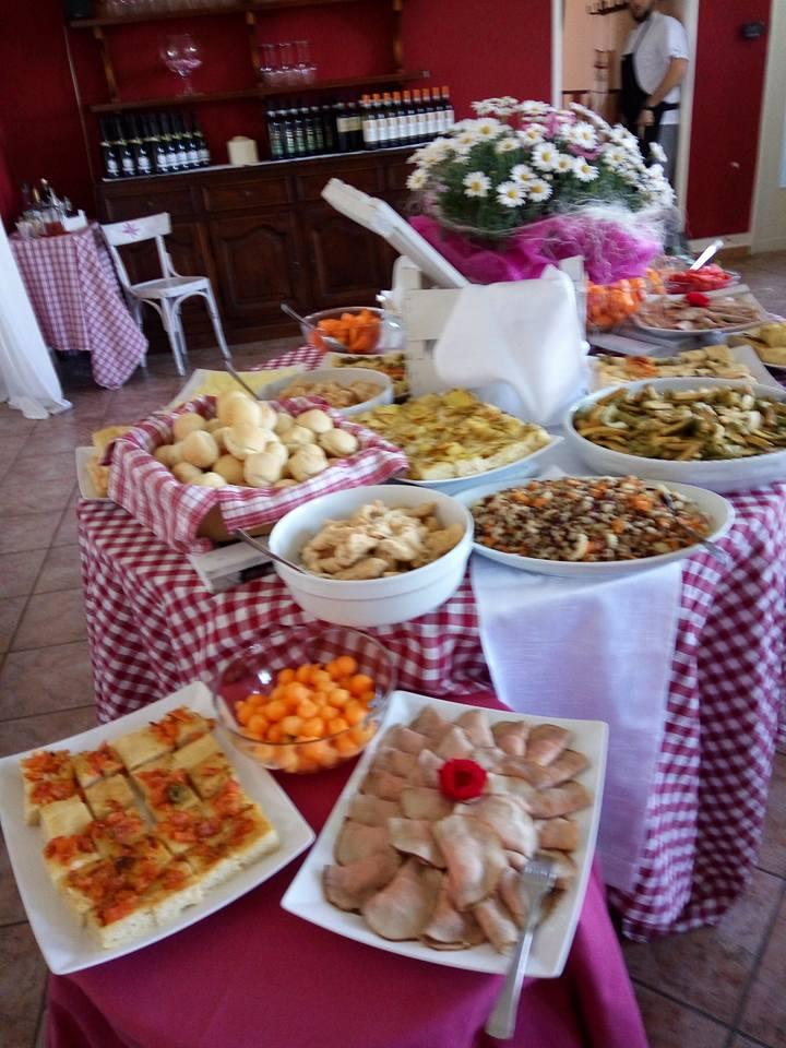 un tavolo di un buffet con degli antipasti