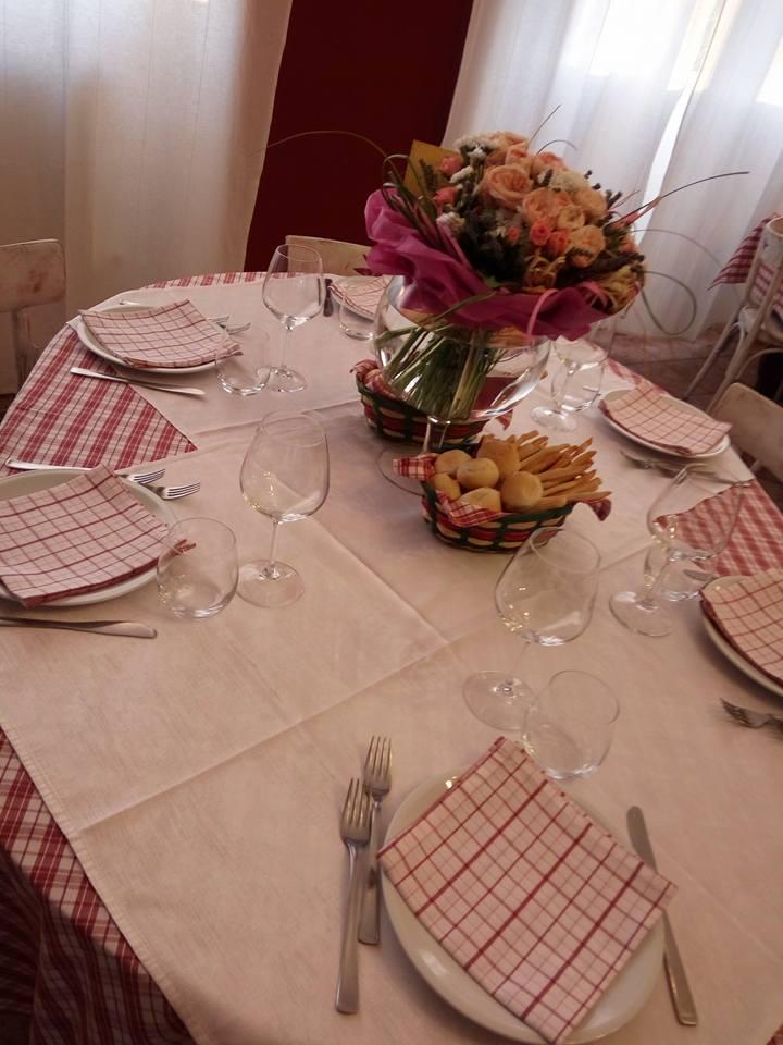 un tavolo apparecchiato con dei fiori al centro