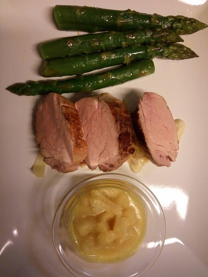 un piatto a base di carne e asparagi