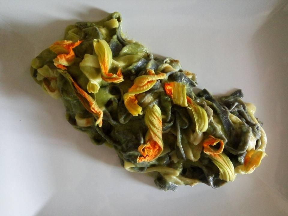 un piatto con dei fiori di zucca