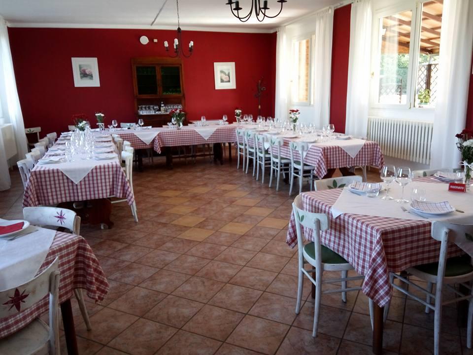 dei tavoli con tovaglie bianche e rosse e sedie bianche
