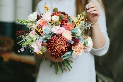 mazzo di fiori e una donna