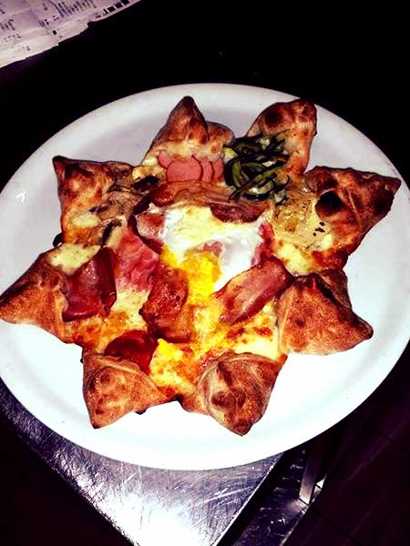 pizza a forma di stella con zucchine, mozzarella,prosciutto e salame