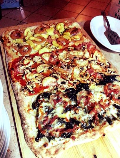 pizza rettangolare con prosciutto, funghi,spinaci,patate e anelli di cipolla