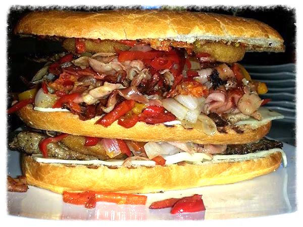 panino gigante con carne, prosciutto, peperoni rossi e altre verdure