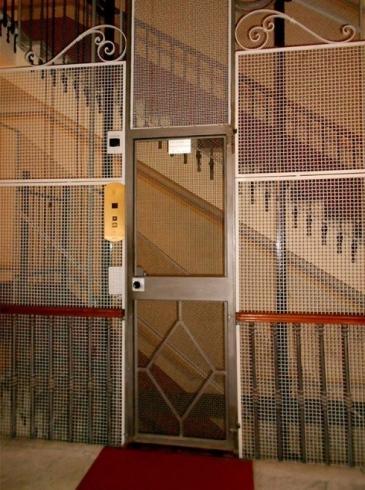 ascensore interno con porta a rete