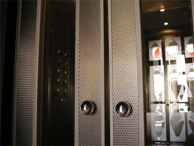 porta a doppia anta di un ascensore