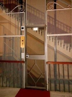 Ingresso ascensore con struttura in rete metallica