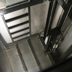 fondo ascensore con travi in acciaio
