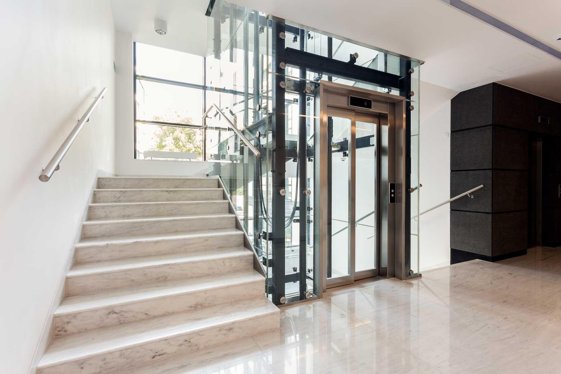 ascensore con porta a vetro