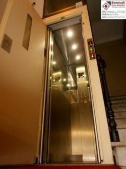 mini ascensore con pareti a specchio