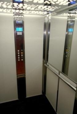 ascensore con parete a specchio e pulsantiera