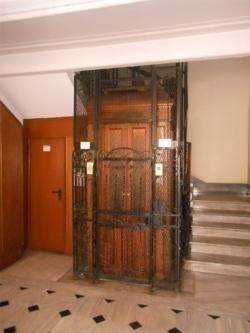 ascensore in legno con struttura in metallo