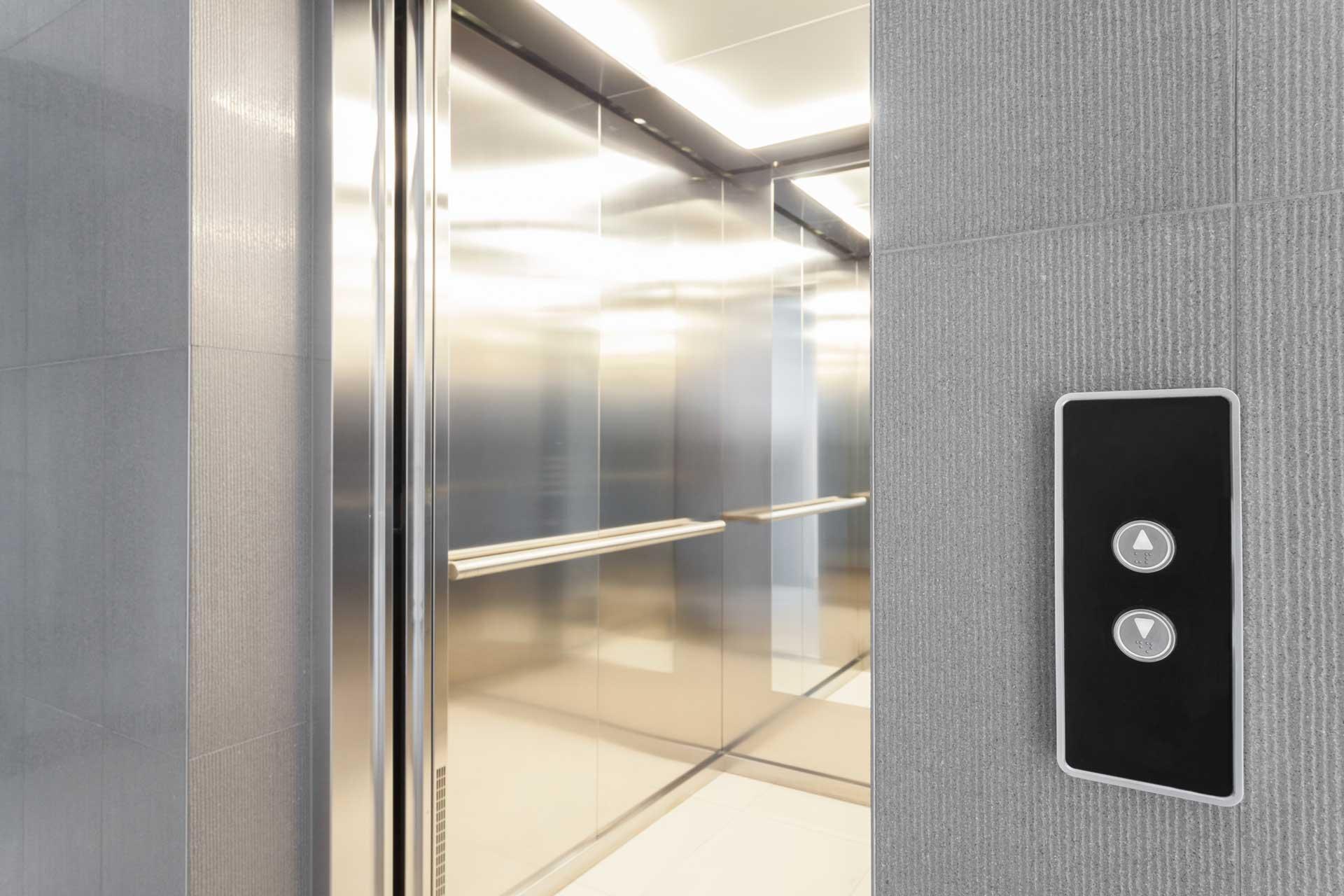 vista ascensore con interno a specchio
