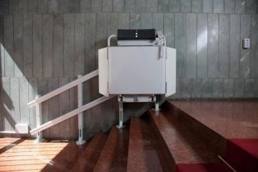 servoscala a poltroncina alla fine di una scalinata