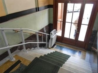 servoscala all'ingresso di un palazzo