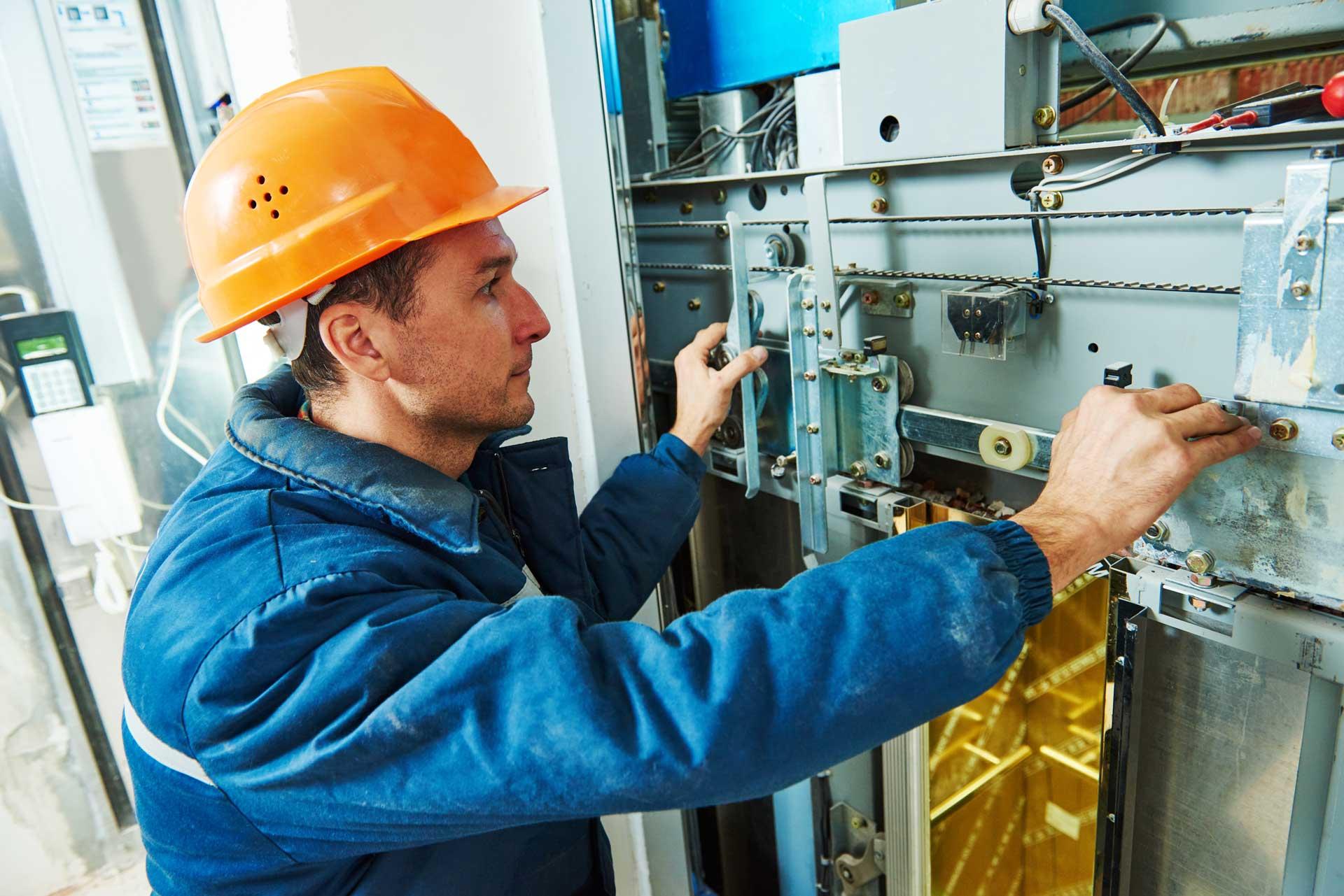 tecnico durante manutenzione ascensore