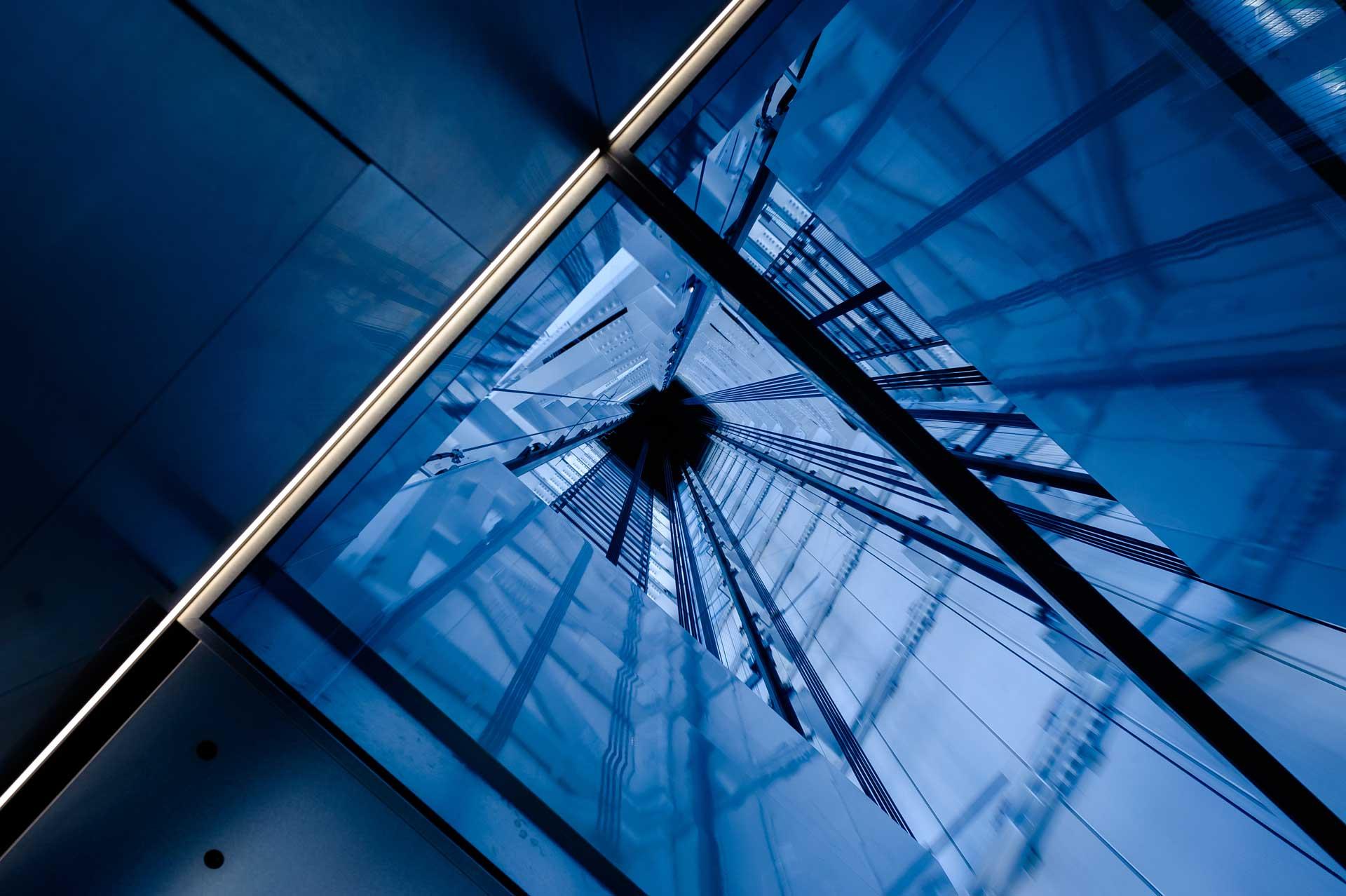 vista dal basso del vano ascensore