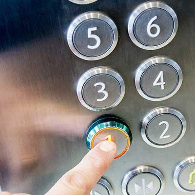 selezione del piano sulla pulsantiera di un ascensore