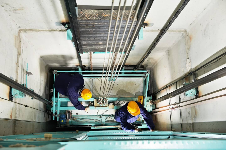 tecnici al lavoro su impianto ascensore