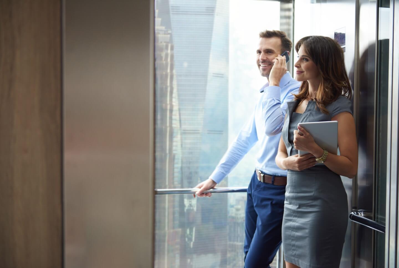 uomo e donna in un ascensore