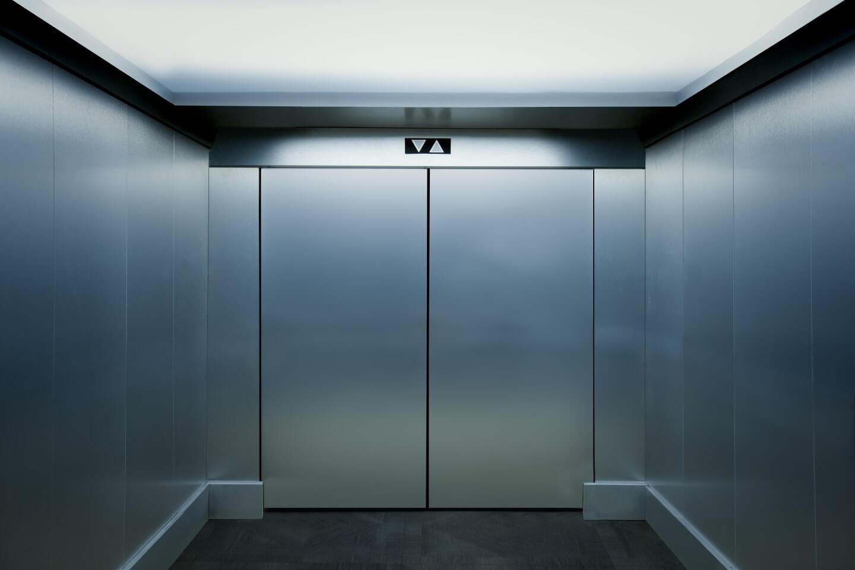 interno di ascensore in acciaio