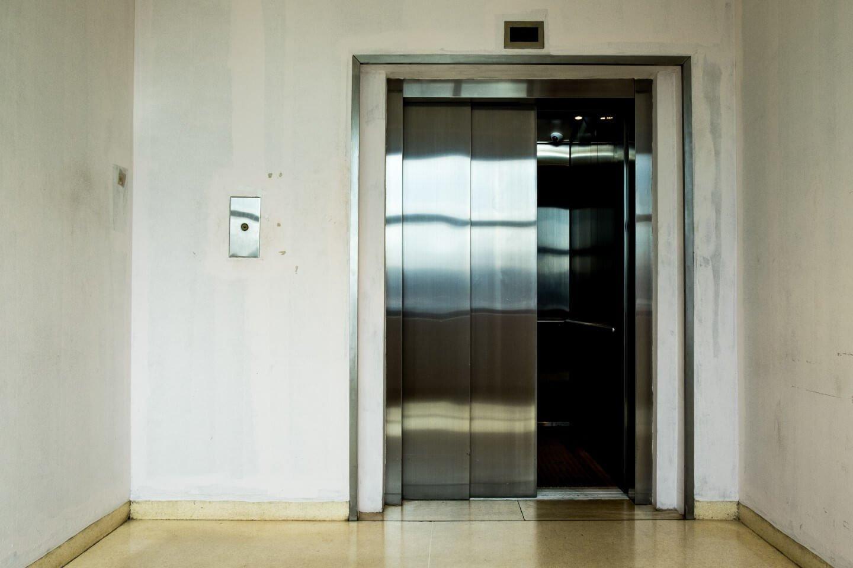 ascensore con porta scorrevole