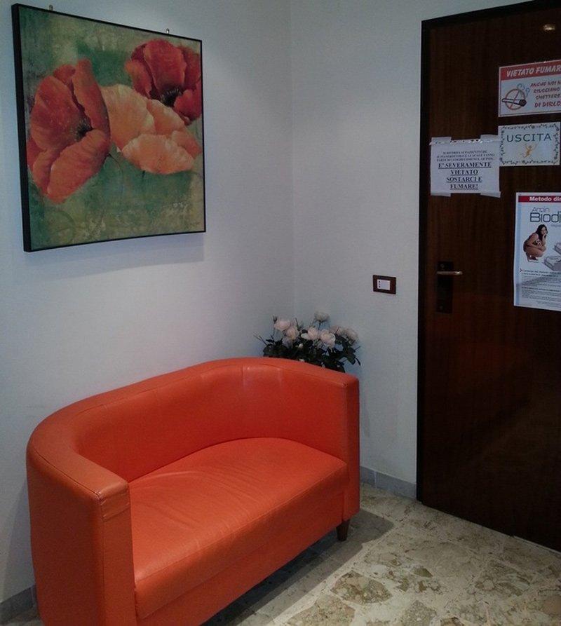 divano in sala di attesa