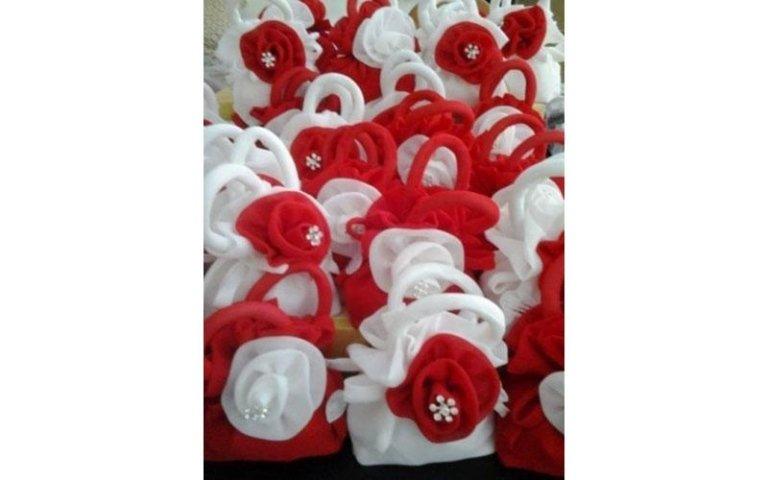 Pochettes bianche e rosse con dettagli preziosi