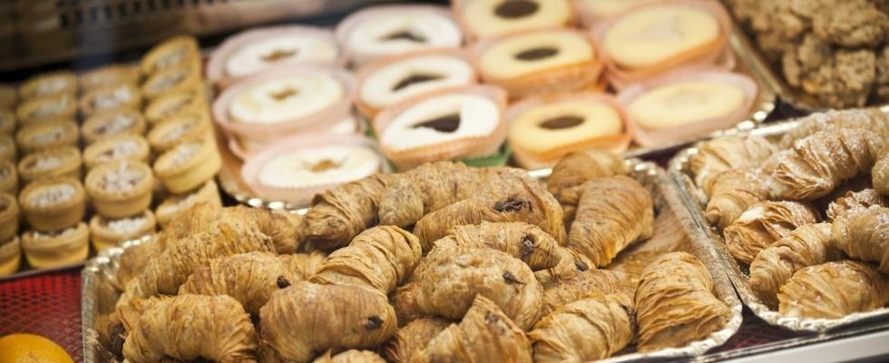 esposizione di cornetti e pasticcini cotti in forno