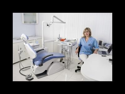 dentista nella sua sala visite
