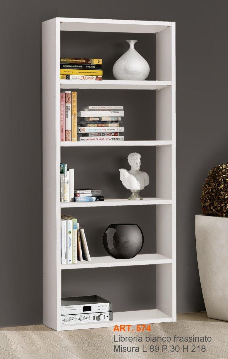 una libreria con dei libri e vasi