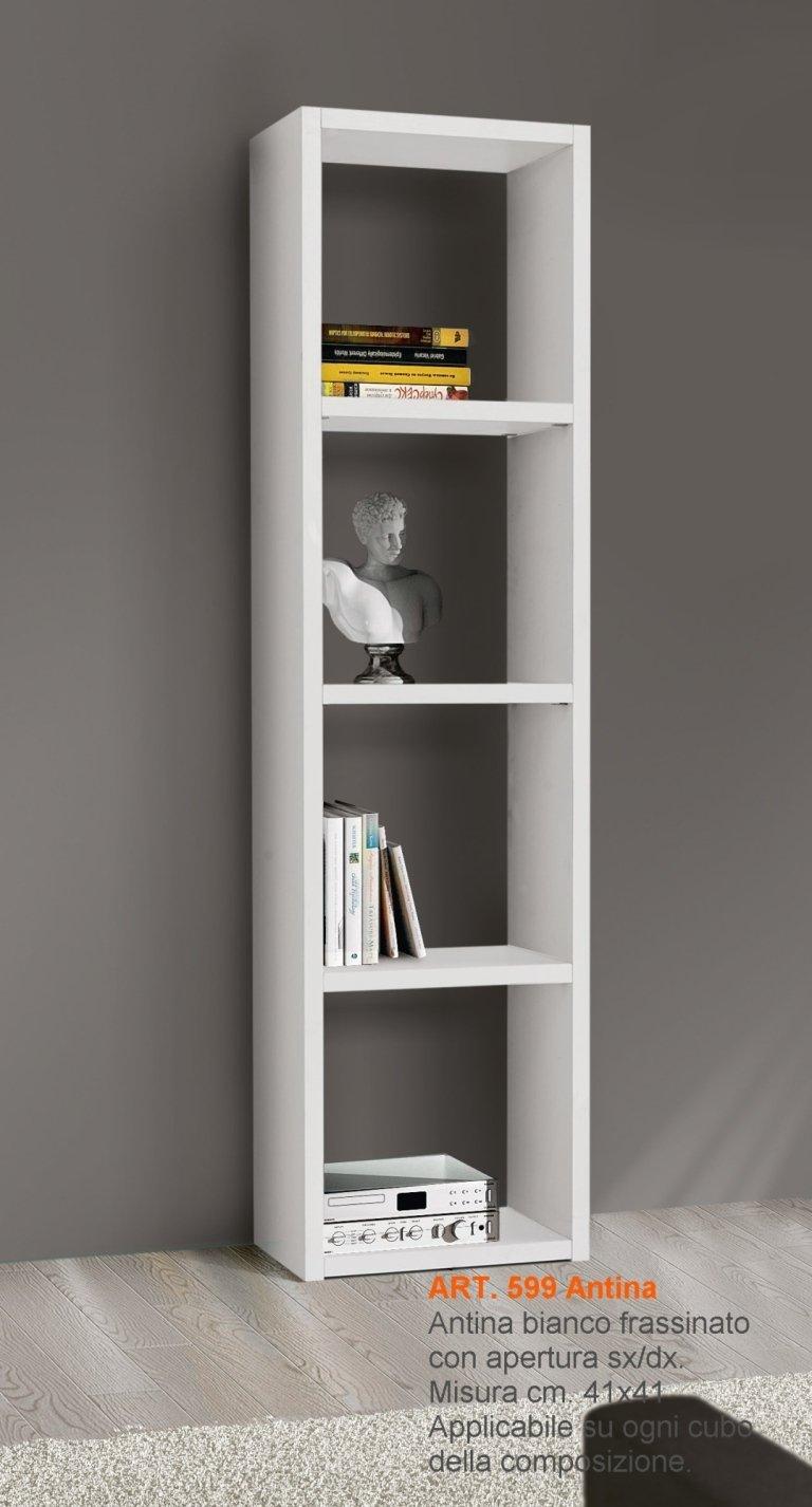 una libreria con quattro mensole