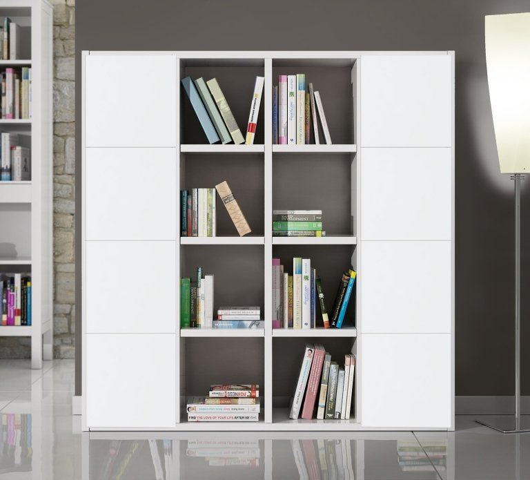 una libreria di color bianco