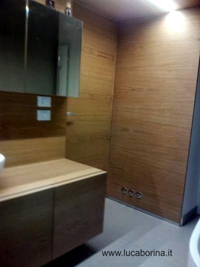 i muri di un bagno rivestiti in legno