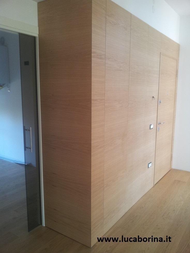 un armadio a muro in legno chiaro