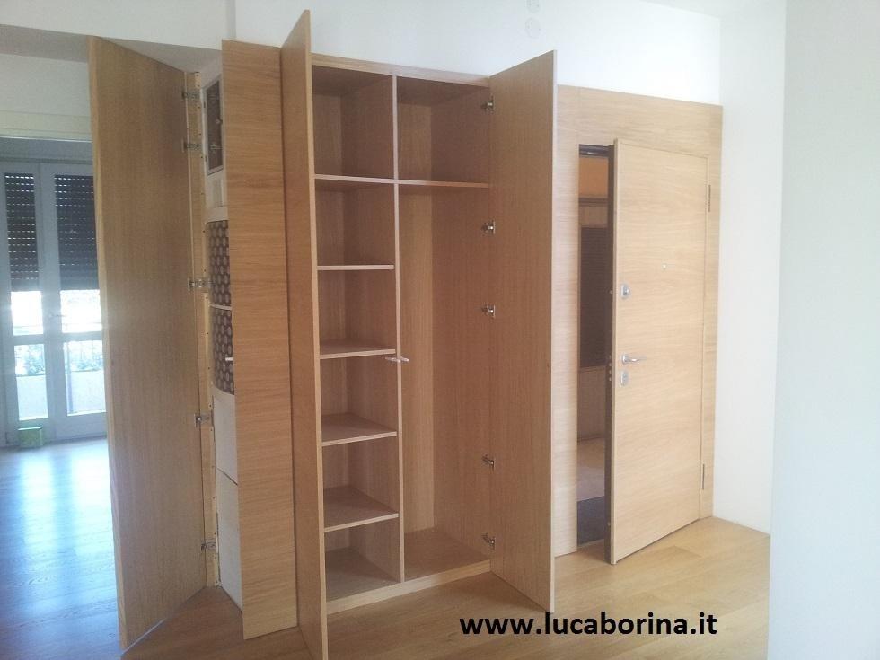 un armadio in legno chiaro