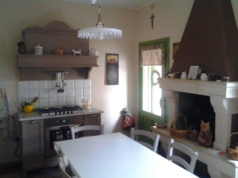 una cucina con un camino e un tavolo bianco