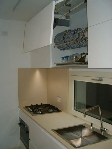 una cucina con un lavandino rettangolare in acciaio inox