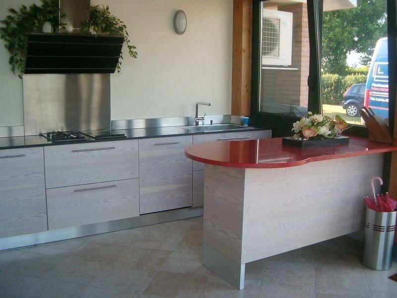 una cucina con una penisola