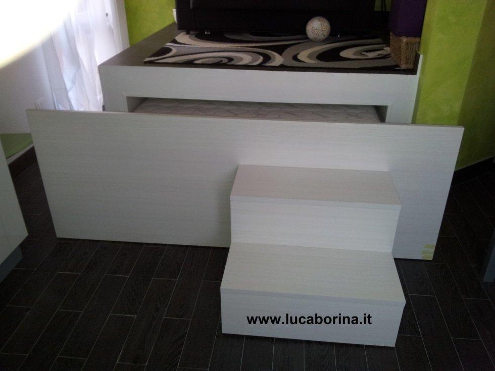 un letto a cassetto con delle scaline