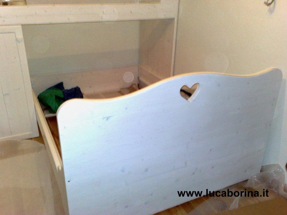un letto singolo a cassetto