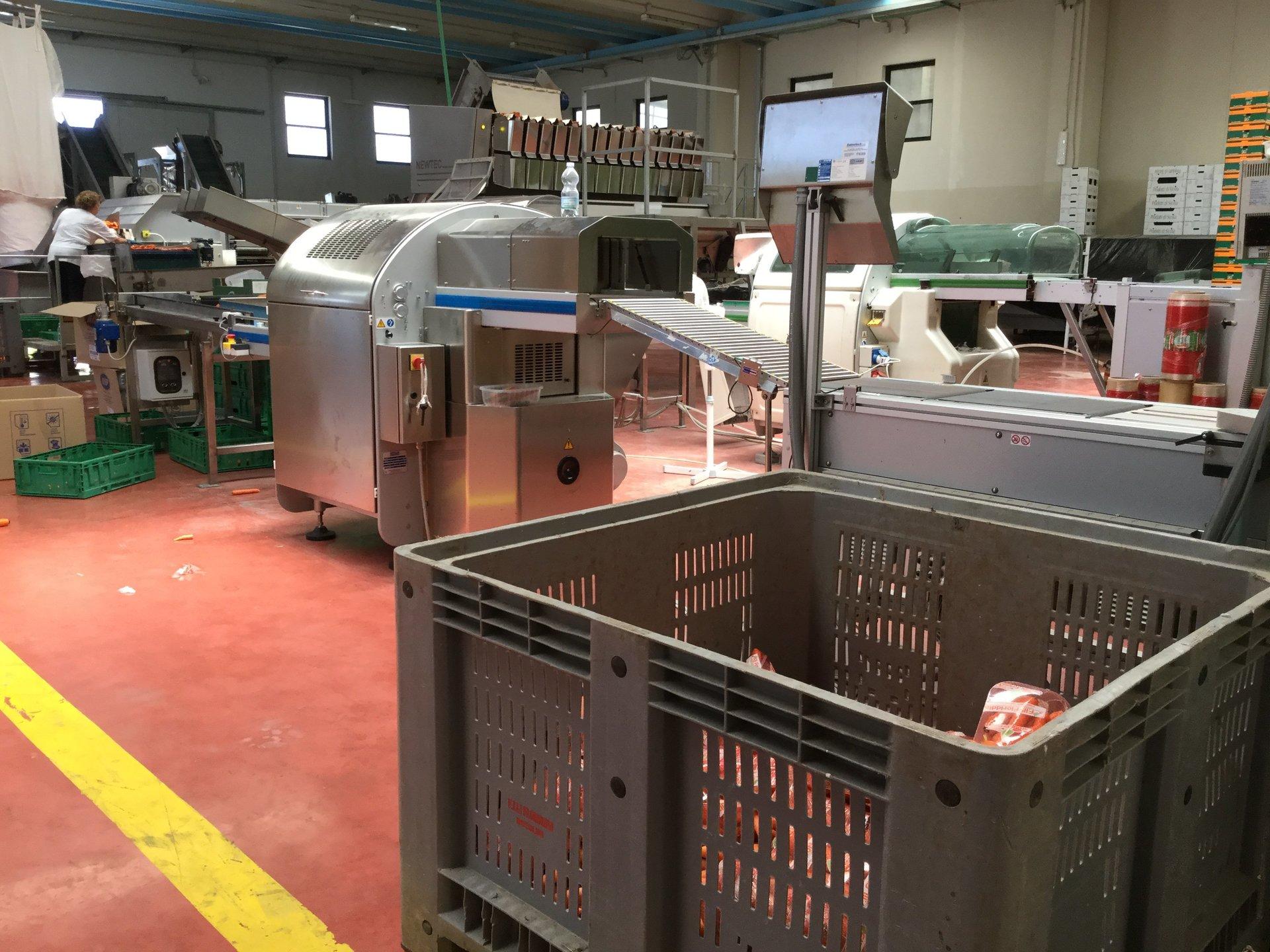Panoramica dei macchinari all'interno dell'azienda agricola