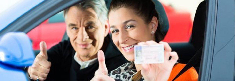 donna in una macchina con un uomo mentre mostra patente di guida
