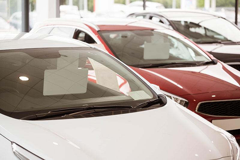 macchine parcheggiate una accanto all'altra viste da vicino