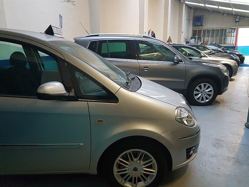 vetture di color grigio viste lateralmente parcheggiate una vicino all'altra