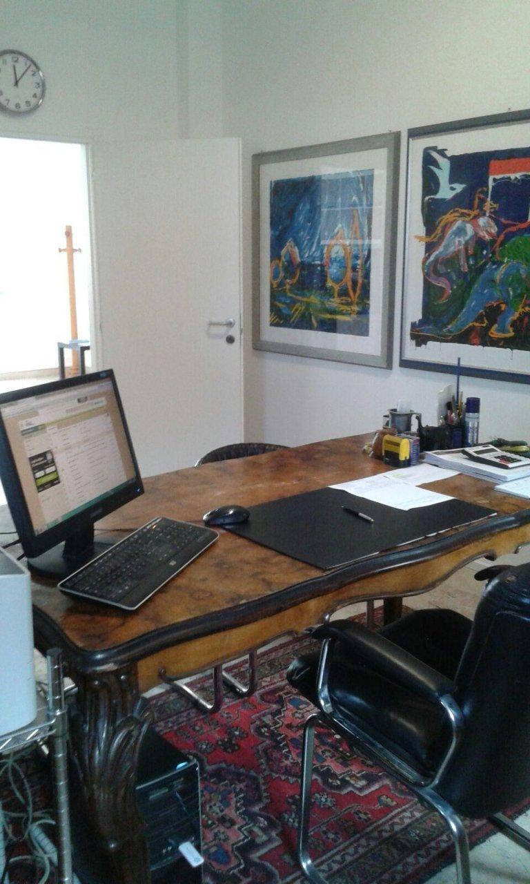 scrivania in legno con computer