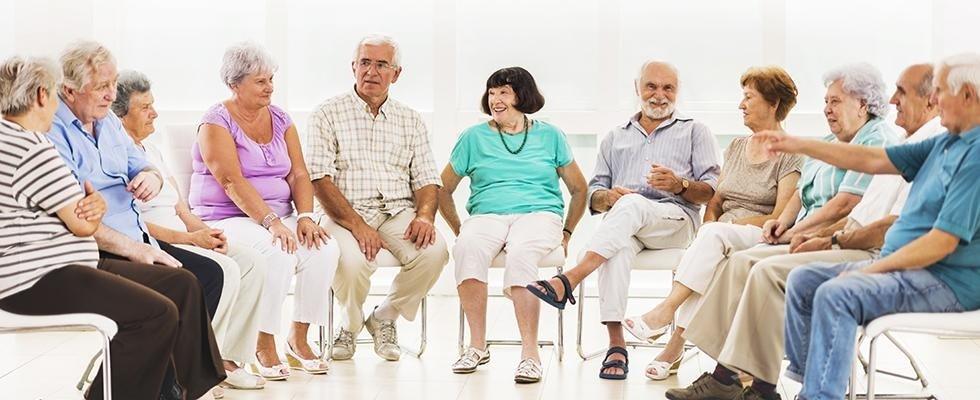 delle persone sedute in cerchio