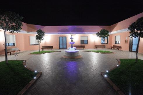 un ampio cortile con una fontana al centro
